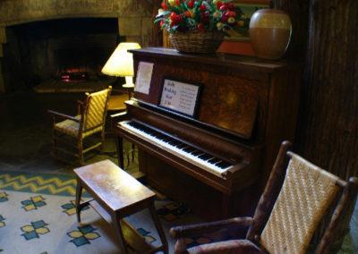 72508 Donald 2780 piano_MontanaPictures_Net